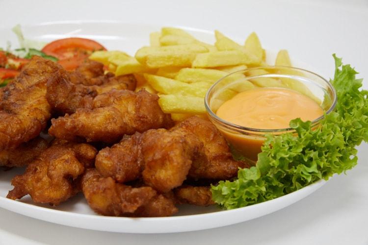 Ein Teller mit leckeren Kibbelingen, Pommes Frites und Salat